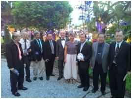 คณะกรรมการสมาคม ถ่ายภาพร่วมกับ เอกอัครราชทูตฝรั่งเศสประจำประเทศไทย